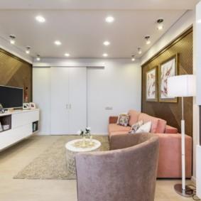 Маленькая гостиная с диваном розового цвета