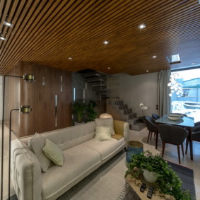 Реечный потолок в интерьере гостиной