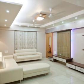 Мягкая мебель белого цвета в зале двухкомнатной квартиры