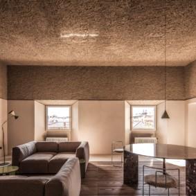 Фактурный потолок с переходом на стены