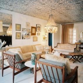 Кресла на деревянном каркасе в гостиной частного дома