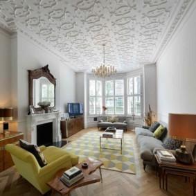 Полиуретановая лепнина на потолке зала с камином