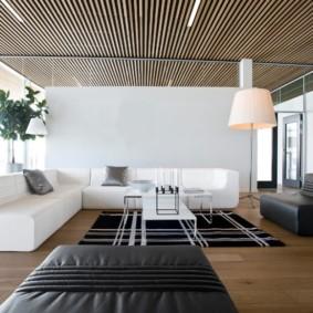 Деревянные рейки на потолке в зале