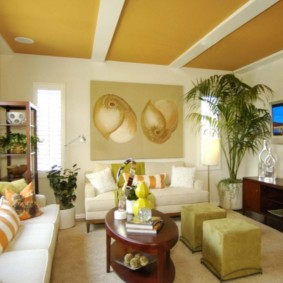 Желтый потолок с белыми балками