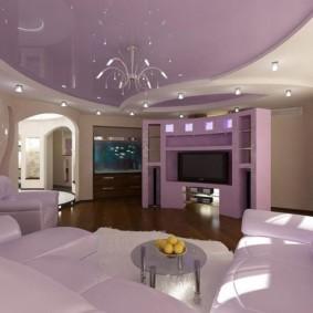 Сиреневый потолок в современной гостиной