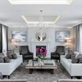 Светлая гостиная с двумя удобными диванами