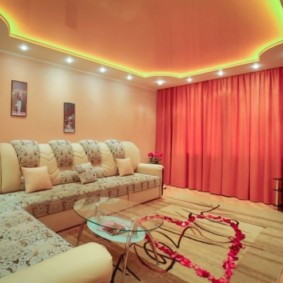 Алые шторы в гостиной частного дома
