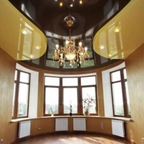 Глянцевый потолок в зале с эркером