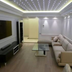 Точечные светильники на потолке гостиной