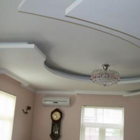 Стеклянная люстра на многоуровневом потолке