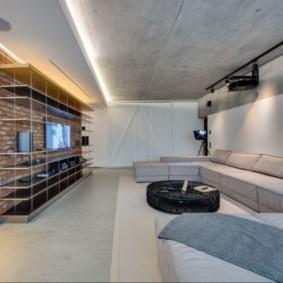 Бетонный потолок в зале частного дома