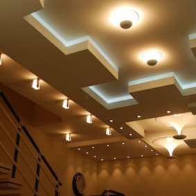 Потолок со встроенной подсветкой светодиодного типа