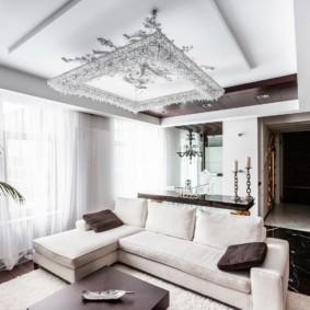 Белые шторы из полупрозрачной ткани