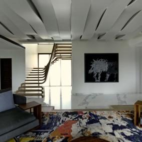 Фигурный потолок в комнате с лестницей