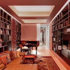 Цветной потолок в зале с роялем