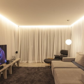 Светлый текстиль в интерьере зала