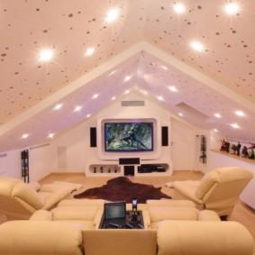 Потолок из гипсокартона в мансардной комнате