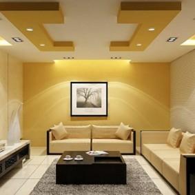 Желто-белый потолок в гостиной современного стиля