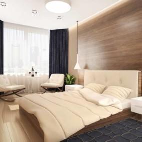 Серый коврик перед двухспальной кроватью