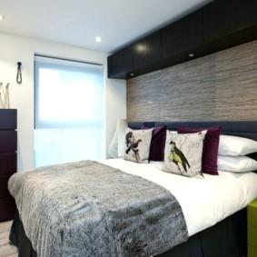 Небольшая спальня в доме молодой семьи
