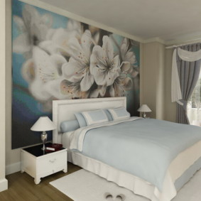 Большие цветы на фотообоях в спальне
