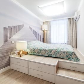 Светлая спальня с кроватью на подиуме