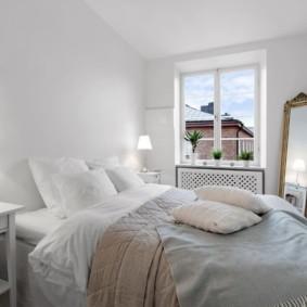 Белые стены в спальне небольшого размера