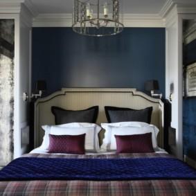 Широкая кровать в спальне частного дома