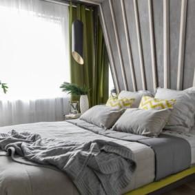 Зеленые занавески на окне спальни