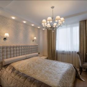 Люстра над двухспальной кроватью в спальне супругов