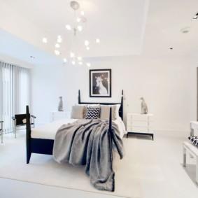Большая спальня в белом цвете
