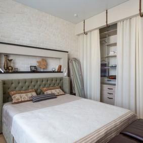Плотные шторы на нише в спальне