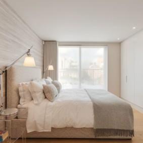 Встроенные шкафы в спальне городской квартиры