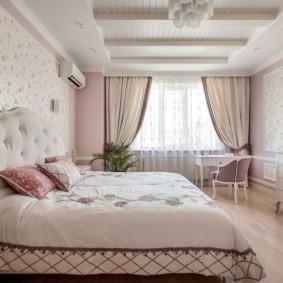 Деревянный потолок спальни в деревенском стиле