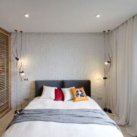 Лампочки на шнурах в спальной комнате