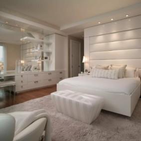 Большое зеркало в интерьере спальни