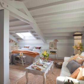 Деревянный потолок спальни в деревенском доме