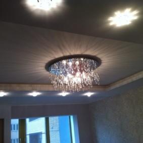 Стеклянная люстра на натяжном потолке в зале