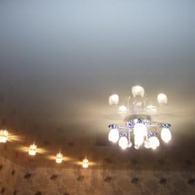 Небольшая люстра на потолке гостиной