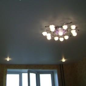 Потолок зала с люстрой и встроенными светильниками