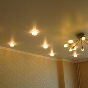 Зигзагообразное размещение светильников на потолке