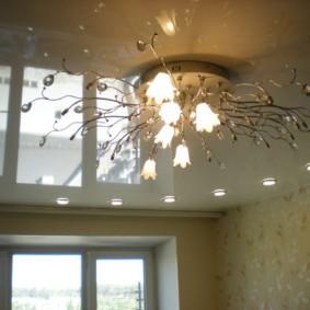 Современная люстра на полотне натяжного потолка
