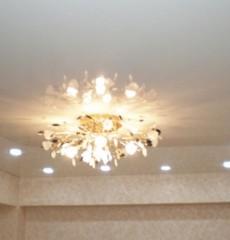 Прямоугольное расположение светильников на потолке гостиной