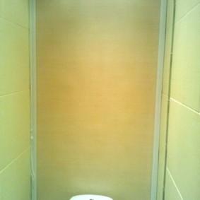 Рулонная штора с боковыми направляющими в туалете