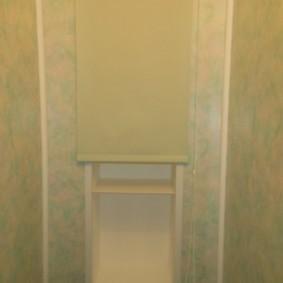 Маскировка полок за унитазом рулонной шторой