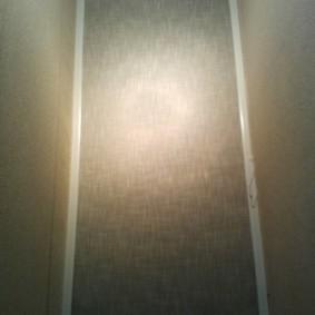 Кассетная рулонная штора на стене небольшого туалета