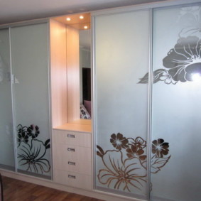 Цветочные узоры на дверцах шкафа