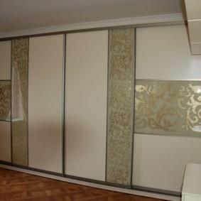 Встроенная мебель в зале двухкомнатной квартиры