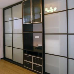 Стеклянные фасады мебели в гостиной комнате
