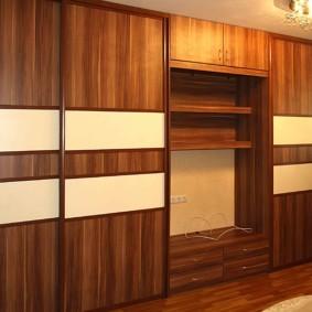 Коричневая мебель в гостиной комнате